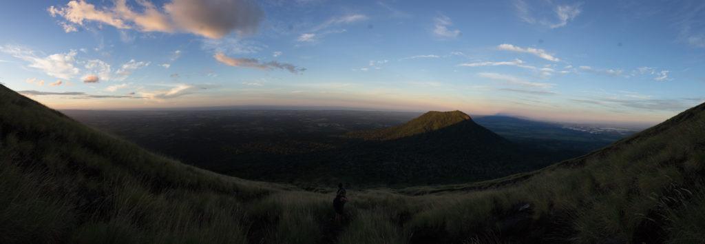 Sonnenaufgang im Schatten des Vulkans.